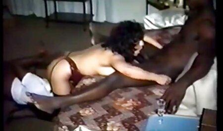 अश्लील और तंग पैंट में कपड़े के साथ युवा अपने ही बॉलीवुड की फुल सेक्सी मूवी में हैं