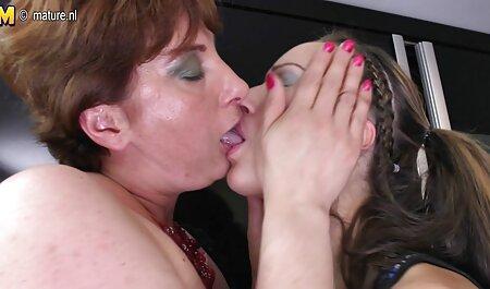 स्लिम प्रिय, सोफे पर एक मूवी सेक्स पिक्चर परिपक्व शरीर के साथ