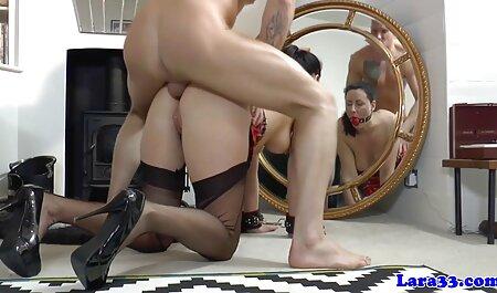 लड़कियों को सेक्सी मूवी वीडियो दिखाओ एक नग्न आदमी के चेहरे पर बैठ गया.